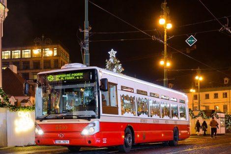 """Vánoční """"retrobus"""" v roce 2019 v Praze. Pramen: DPP"""