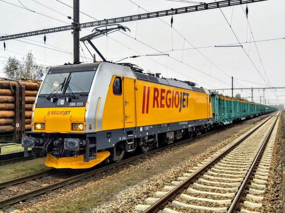 Lokomotiva Bombardier TRAXX v čele nákladního vlaku se dřevem do rakouského Salcburku. Foto: CityRail