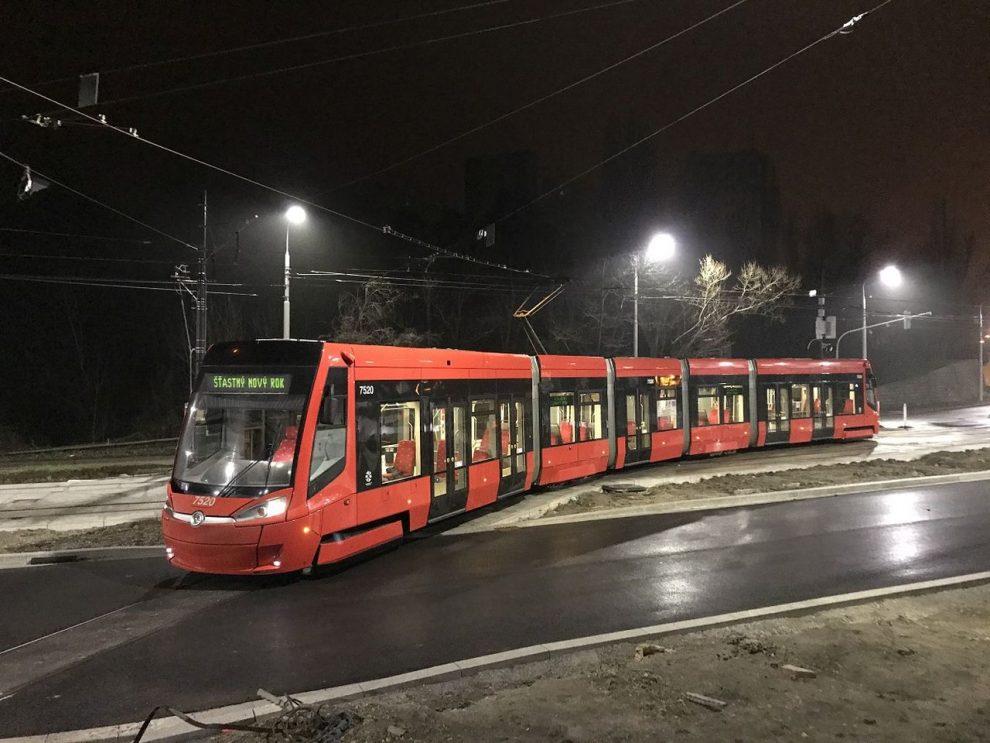 Tramvaj Škoda 30T v Bratiislavě. Foto: DPB