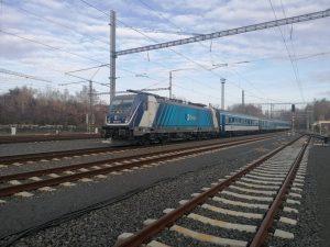 Bombardier TRAXX MS3 v čele vlaku Českých drah v Karlových Varech. Foto: Jan Plommer