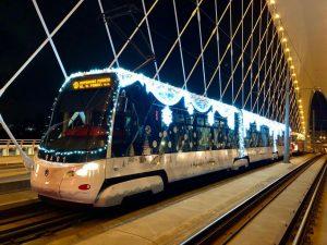Tramvaj Škoda 15 T s vánoční tématikou. Foto: DPP