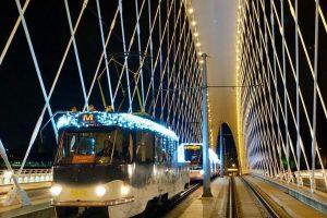 Tramvaj T3 s vánoční výzdobou. Foto: DPP