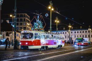 Tramvaj T3 s vánoční výzdobou. Foto: PID