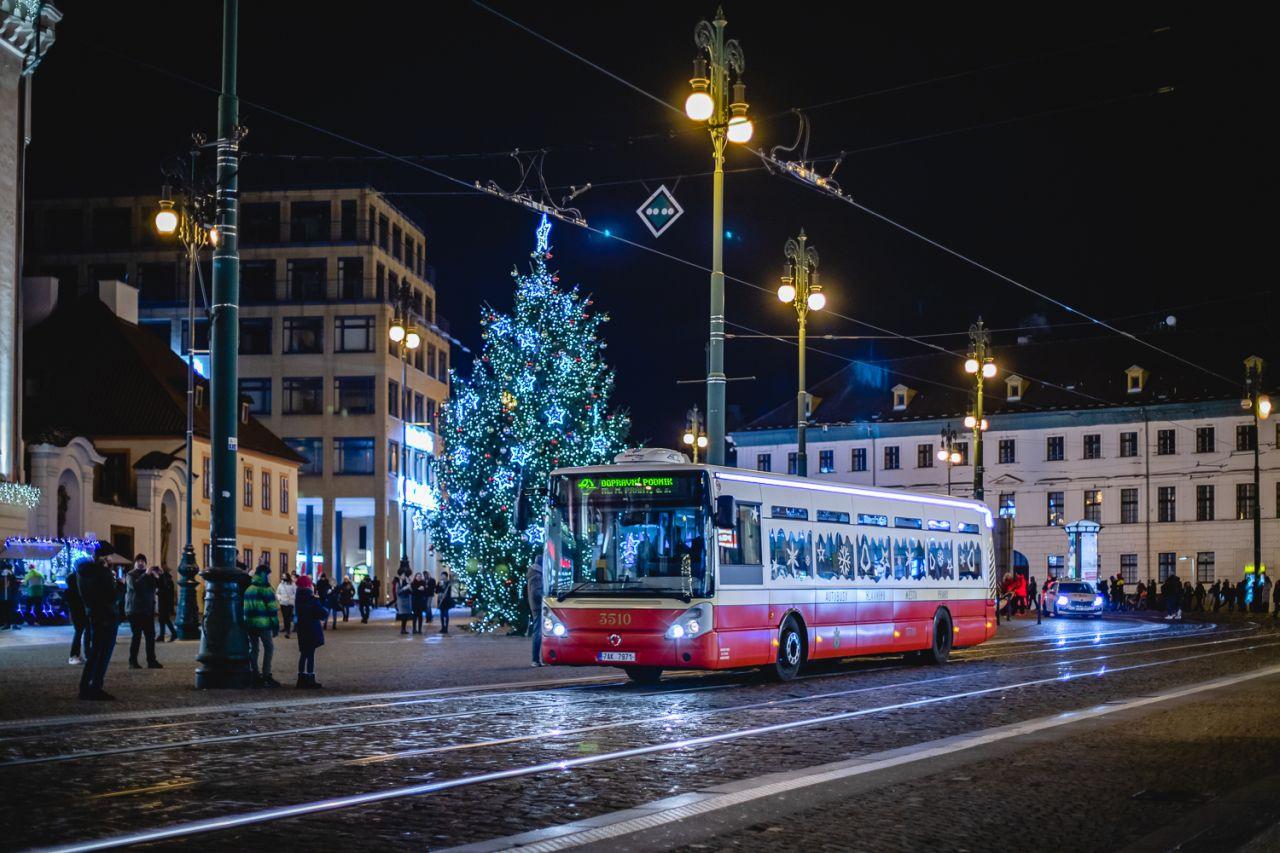 Retrobus DPP ve vánoční výzdobě. Foto: PID