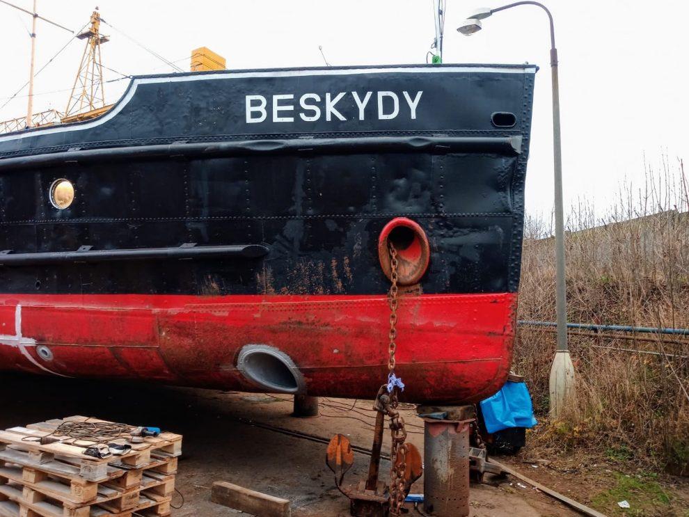 Remorkér Beskydy dostává dokormidlovací zařízení (trouba dole). Pramen: ŘVC ČR