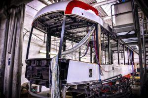 Montáž tramvaje EVO 2 Drak v Brně. Foto: DPMB