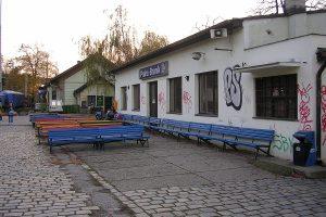 Lavičky na nádraží v pražském Braníku. Pramen: Wikimedia Commons, ŠJů