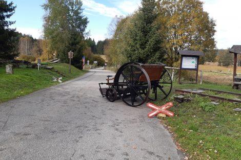 Nové Údolí, historická drezína ukazuje, kudy vedla ještě na české straně trať. Pramen: archiv Pavla Kosmaty
