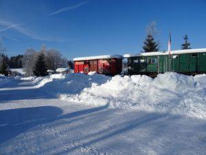 Zima v Novém Údolí, podobně jako dnes sníh bylo v 90. letech prohrnuto těleso dráhy a vznikla dnešní silnice. Pramen: archiv Pavla Kosmaty