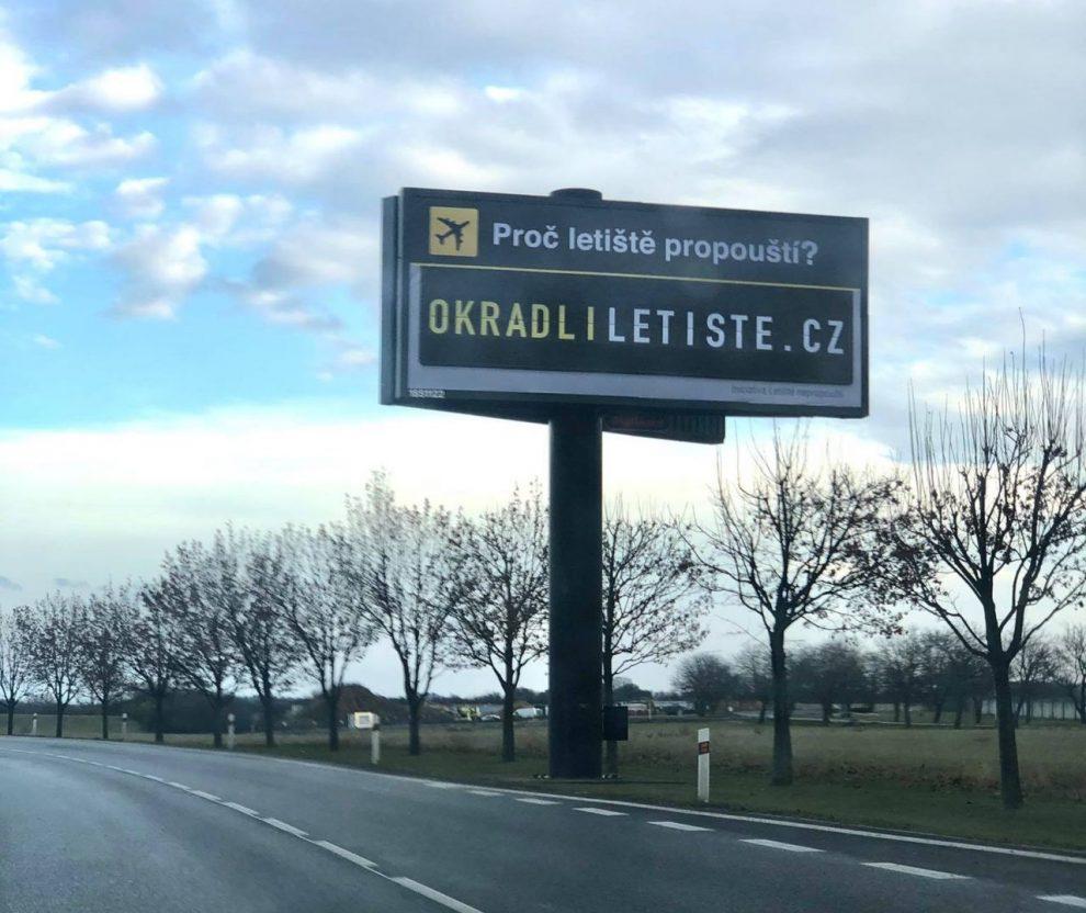 Billboardy s reklamou na stránky o letišti.