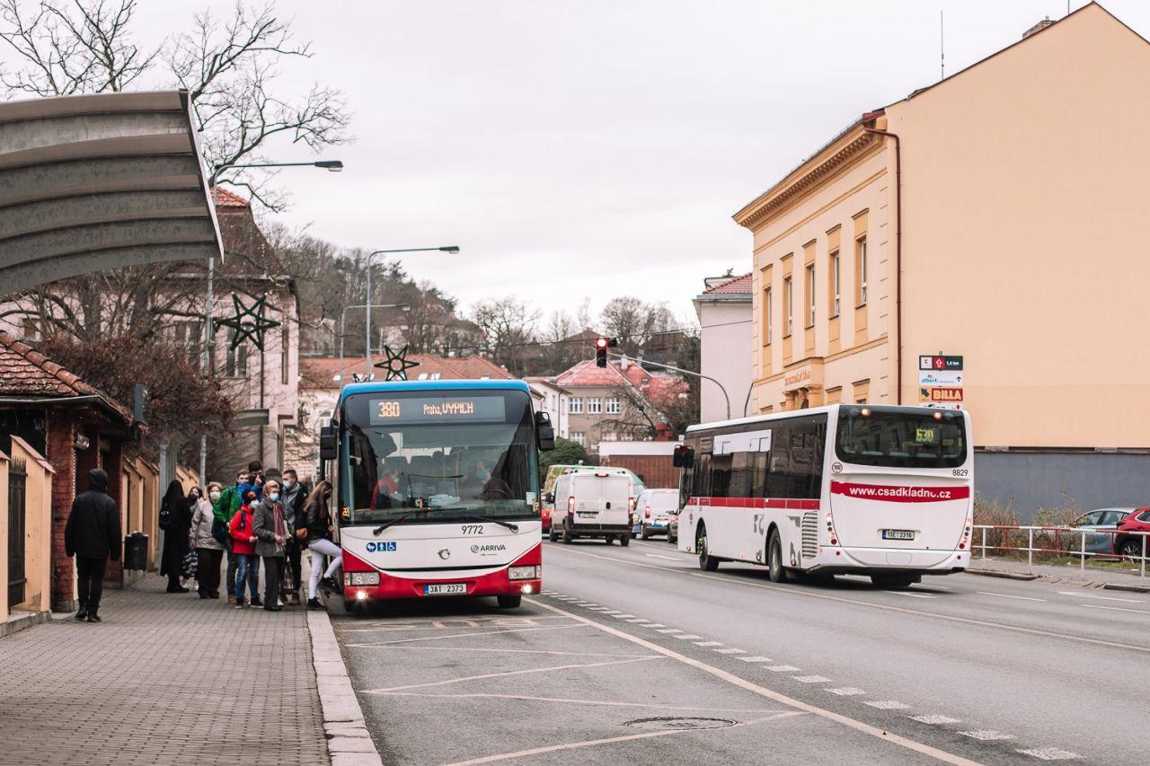 Autobus Iveco Crossways společnosti Arriva na lince z Králova Dvora do Prahy. Foto: PID