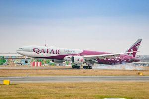 Boeing 777-300ER společnosti Qatar Airways v Praze. Foto: Petr Juriš