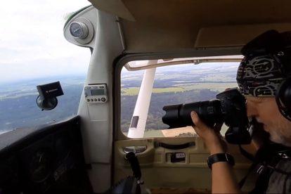 Radovan Smokoň při fotografování pohledů z letadla. Foto: archiv R. Smokoně