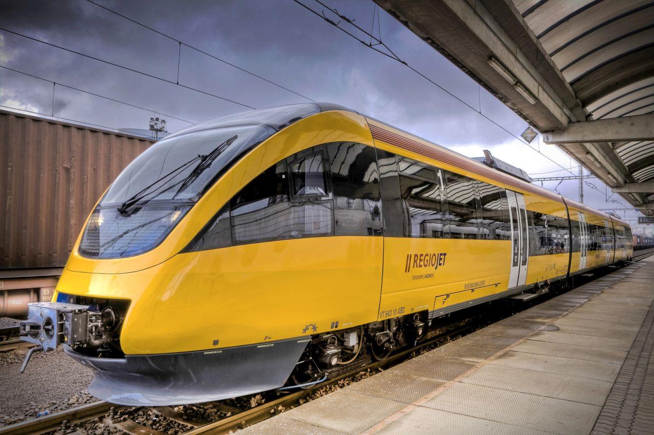 Jednotka Bombardier Talent v barvách RegioJetu v Bratislavě. Foto: RJ