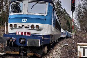 Vykolejený rychlík R 655 u Hluboké nad Vltavou. Foto: Drážní inspekce