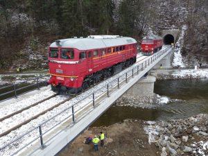 Zátěžová zkouška mostu ve Vlastějovicích se sergeji. Foto. Jan Chaloupka / České dráhy