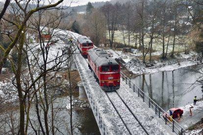 Zátěžová zkouška mostu ve Vlastějovicích s pomocí sergejů. Pramen: Správa železnic