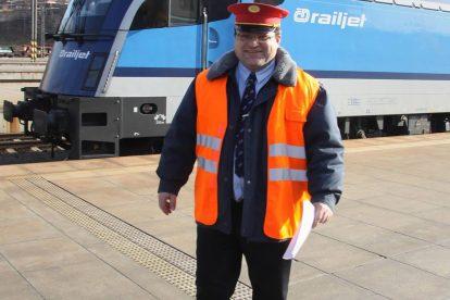 Bohuslava Škodu jinak živí práce výpravčího vnější služby na pražském hlavním nádraží. Foto: archív B. Škody
