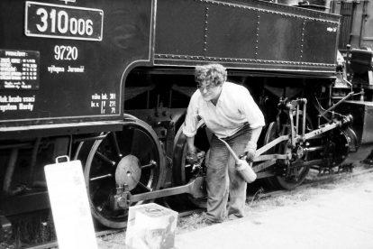 Bohuslav Škoda při obsluze lokomotivy 310.006. Foto: archív B. Škody