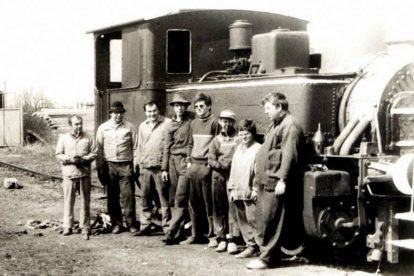 Bohuslav Škoda (druhý zprava) v dětství při práci na opravě kafemlejnku. Foto: archív B. Škody