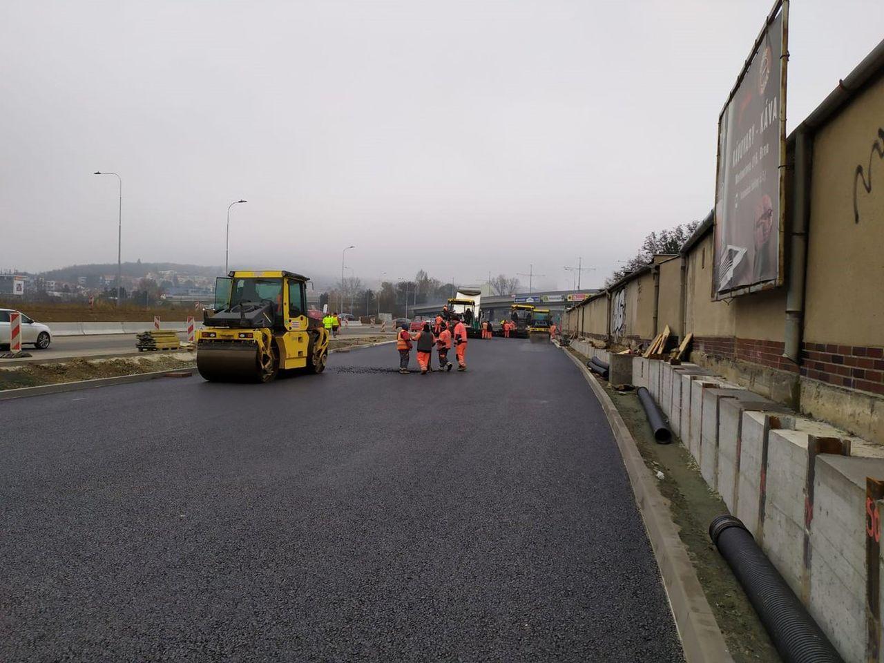 Pokládka asfaltu na Žabovřeské. Foto: ŘSD