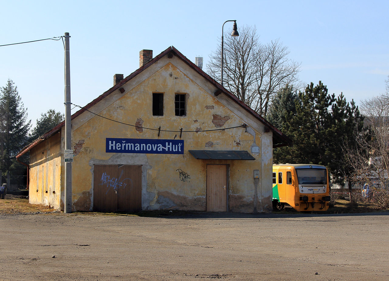 Nádraží Heřmanova Huť. Autor: Pavel Hrdlička, Wikipedia, CC BY-SA 3.0, https://commons.wikimedia.org/w/index.php?curid=39095136