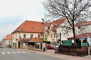 Karlštejnská ulice v obci Ořech. Foto: VitVit/Wikimedia Commons