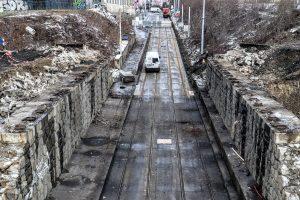 Průběžná ulice po snesení starého mostu. Pramen: Správa železnic