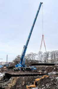Snášení starého mostu přes Průběžnou ulici. Pramen: Správa železnic