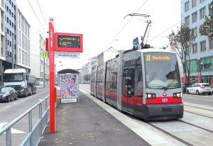 Zastávka vídeňské MHD s novým označníkem. Pramen: Wiener Linien