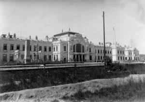 Historický snímek nádraží Gmünd (Č. Velenice), ještě se štukovou výzdobou. Autor: Neznámý – historic picture postcard, Volné dílo, https://commons.wikimedia.org/w/index.php?curid=1298460