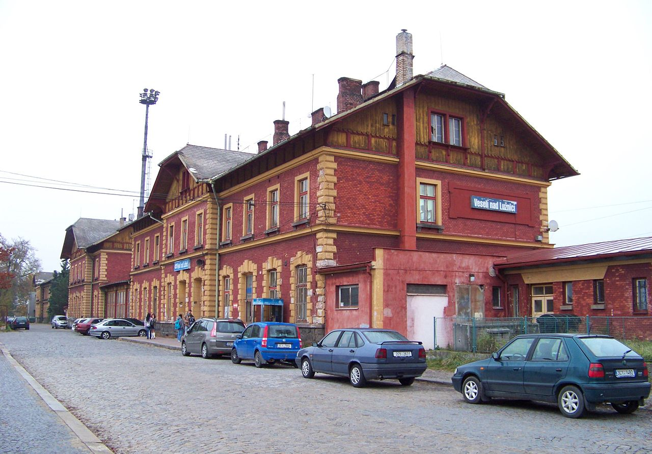 Nádražní budova Veselí nad Lužnicí. Autor: ŠJů, Wikimedia Commons, CC BY-SA 3.0, https://commons.wikimedia.org/w/index.php?curid=17458213