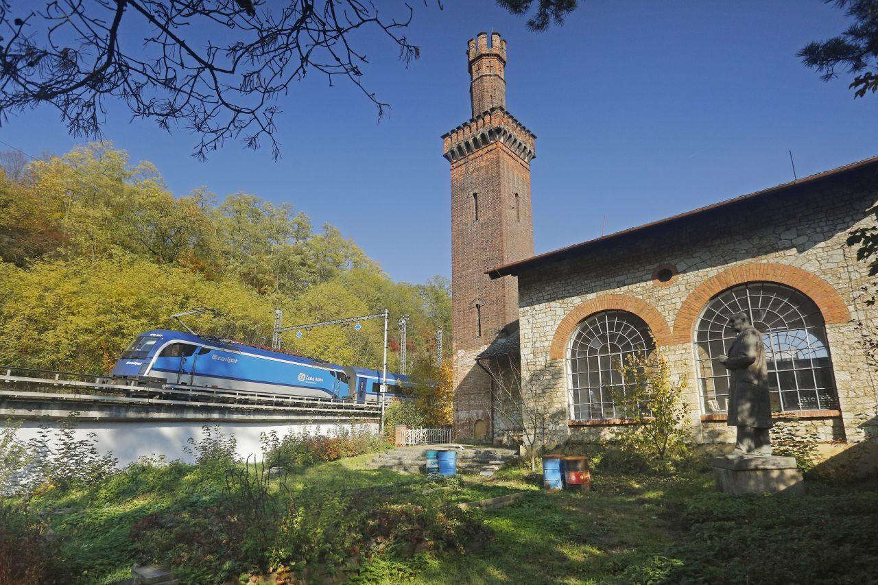 Railjet u budovy Klamovy hutě u Blanska. Foto: České dráhy
