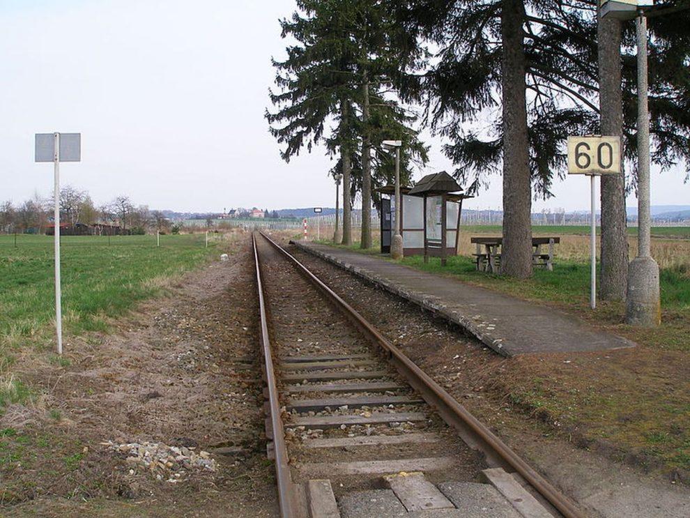 Zastávka Lítkovice na trati Bakov nad Jizerou - Dolní Bousov. Foto: Jan Polák / Wikimedia Commons