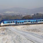 Motorová jednotka Pesa RegioShark 844 u Markvartic na trati z Děčína do České Kamenice. Foto: České dráhy