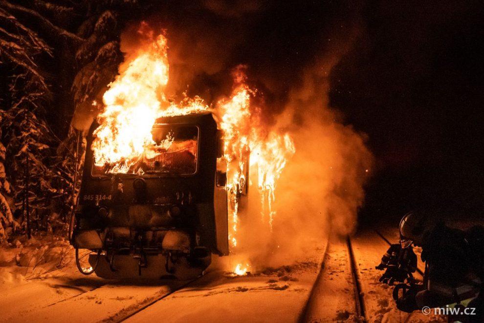 Požár rychlíku Arriva vlaky v Chřibské. Foto: Michal Šafus / miw.cz