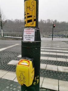 Bezdotykové ovládání semaforu na Dvořákově nábřeží v Praze. Foto: TSK