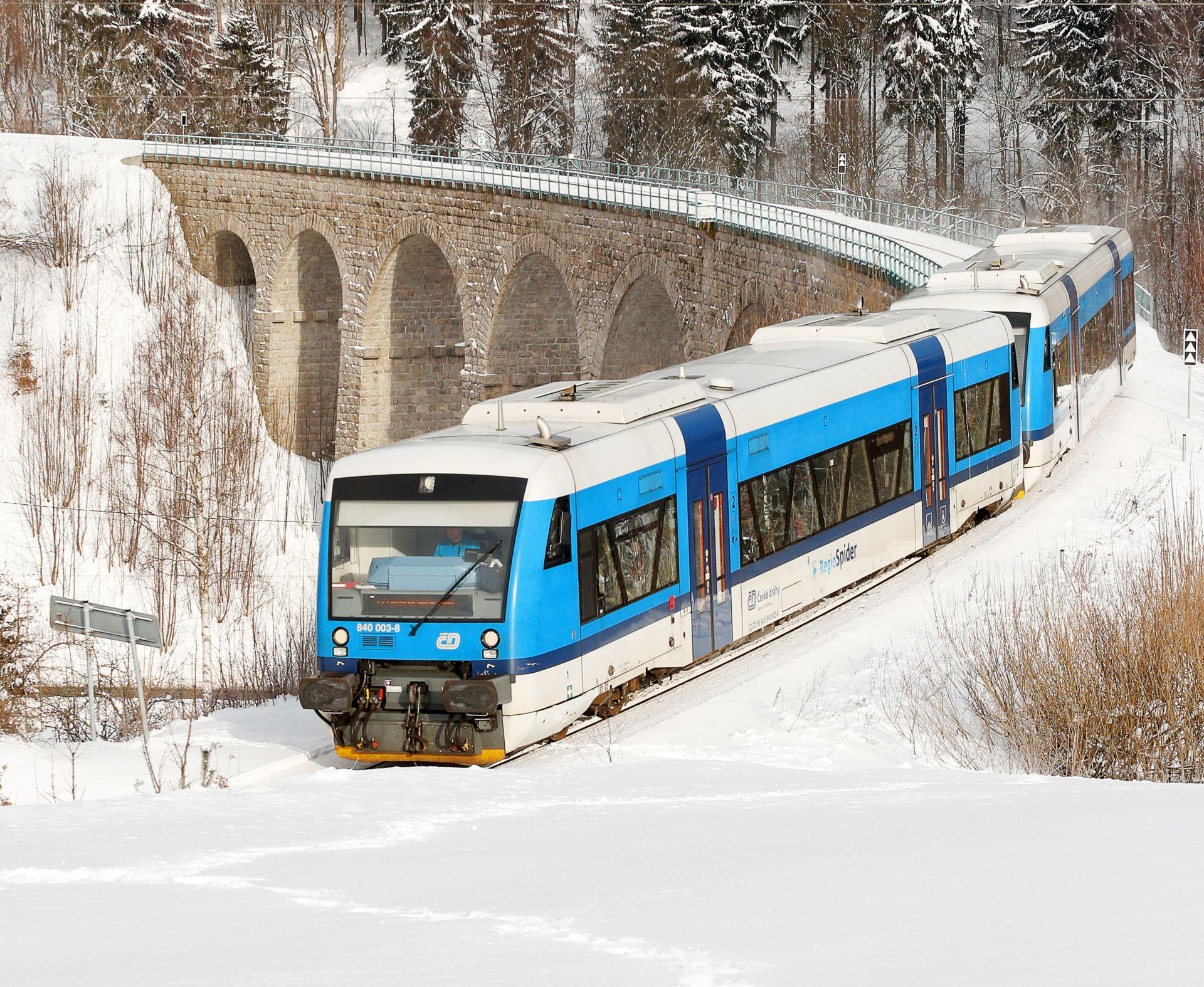 Motorové vozy Stadler RS1 RegioShuttle na viaduktu ve Smržovce. Foto: České dráhy