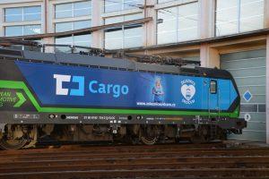 Lokomotiva Siemens Vectron v polepu pro ČD Cargo a Nadační fond skupiny ČD - Železnice srdcem. Foto: ČD Cargo