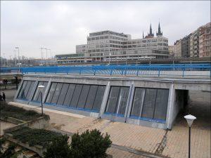 Vestibul stanice metra Vltavská. Autor: Matěj Baťha – Vlastní dílo, CC BY-SA 2.5, https://commons.wikimedia.org/w/index.php?curid=1648837