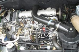 Dieselový motor XUD9 v Citroënu BX TRD. By Vaa https://commons.wikimedia.org/w/index.php?curid=7223830