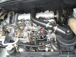 Dieselový motor XUD9 v Citroënu BX TRD. By Vaa https://commons.wikimedia.org/w/index.php?curid=7223830