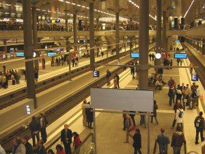 Podzemní nástupiště hlavního nádraží v Berlíně. CC BY-SA 3.0, https://commons.wikimedia.org/w/index.php?curid=817020
