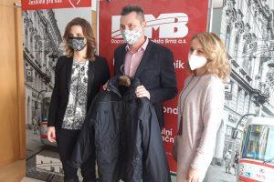 Šéf DPMB Miloš Havránek a služební bunda určená charitě. Pramen: DPMB