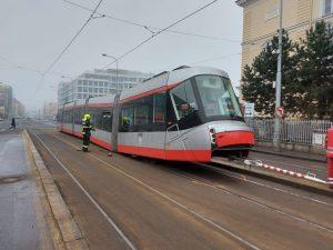 Poškozená tramvaj Škoda 14T. Foto: Michal Chrást
