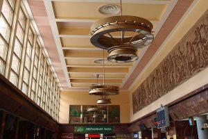Smíchovské nádraží, hala s restaurací Oáza. Autor: VitVit – Vlastní dílo, CC BY-SA 4.0, https://commons.wikimedia.org/w/index.php?curid=42608396
