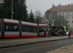 Porucha tramvaje 14T v Holešovicích. Foto: Markéta Collins