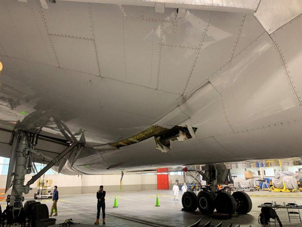 Poškozený Boeing 777-200 United Airlines po explozi motoru. Foto: NTSB