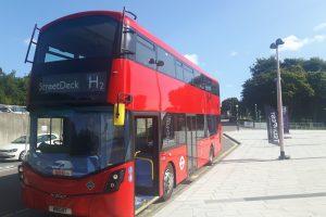 Dvoupodlažní autobus (doubledecker) na vodík. Pramen: https://www.fch.europa.eu/