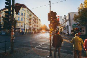 Berlín, chodci. Foto: Flo Karr, Unsplash